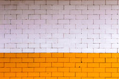 Pared de ladrillo amarillo-naranja y blanca La pared del color hecha de ladrillo grande de la pared de la decoración del tamaño y Fotografía de archivo