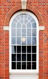 Pared de ladrillo arqueada de la ventana Foto de archivo libre de regalías