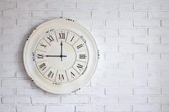 Pared de ladrillo blanca con el reloj del vintage fotografía de archivo libre de regalías