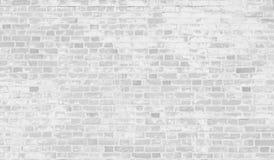 Pared de ladrillo blanca vieja con la pintura de la peladura Foto de archivo libre de regalías