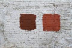 pared de ladrillo Blanco-gris con la mancha pintada rojo Foto de archivo libre de regalías