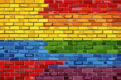 Pared de ladrillo Colombia y banderas gay Imagenes de archivo