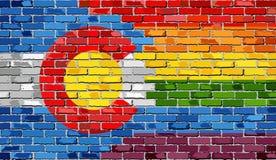 Pared de ladrillo Colorado y banderas gay Foto de archivo libre de regalías