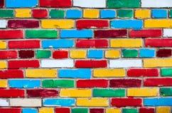 Pared de ladrillo colorida de ladrillos coloreados multi Fotografía de archivo libre de regalías