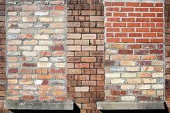 Pared de ladrillo con Bricked encima de ventanas Imágenes de archivo libres de regalías