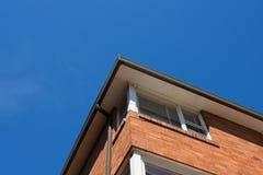 Pared de ladrillo con el cielo azul Fotografía de archivo