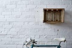 Pared de ladrillo con la caja y el roadbike del vino Fotografía de archivo libre de regalías