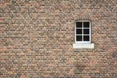 Pared de ladrillo con la ventana Imagen de archivo libre de regalías