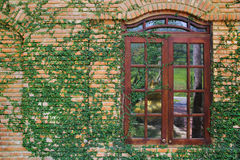 Pared de ladrillo con la ventana Fotografía de archivo