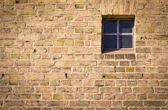 Pared de ladrillo con la ventana Foto de archivo libre de regalías