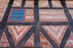 Pared de ladrillo con los marcos de madera Fotos de archivo libres de regalías