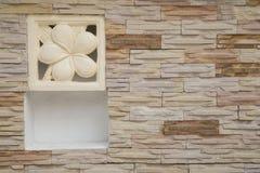 Pared de ladrillo con Plumeria adornada Imagen de archivo libre de regalías