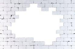 Pared de ladrillo con un agujero grande Aislado Contiene la trayectoria de recortes Fotos de archivo libres de regalías