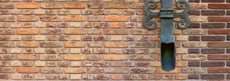 Pared de ladrillo de Brown con una decoración calzada Fotografía de archivo libre de regalías