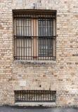 Pared de ladrillo de la piedra arenisca con dos ventanas Fotos de archivo