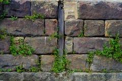 Pared de ladrillo de la piedra arenisca con el listón de la madera Foto de archivo libre de regalías