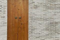 Pared de ladrillo de madera de la puerta Imagen de archivo