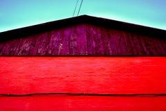 pared de ladrillo debajo del tejado acanalado del triángulo del metal Foto de archivo