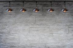 Pared de ladrillo decorativa de piedra del granito con la lámpara Foto de archivo libre de regalías