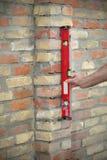 Pared de ladrillo del edificio del trabajador usando la herramienta llana Fotos de archivo
