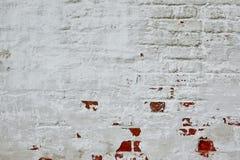 Pared de ladrillo desigual retra con el fondo pintado blanco del yeso Imagen de archivo