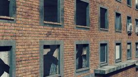 Pared de ladrillo destruida de un edificio alto ilustración del vector