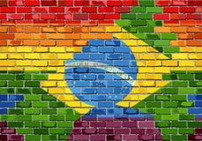 Pared de ladrillo el Brasil y banderas gay Fotografía de archivo