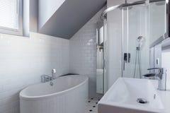 Pared de ladrillo en cuarto de baño de lujo Foto de archivo libre de regalías