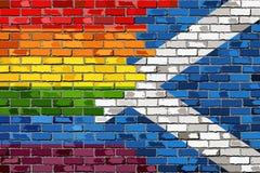 Pared de ladrillo Escocia y banderas gay Foto de archivo libre de regalías