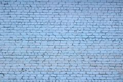 Pared de ladrillo La pared de ladrillo pintada en azul imagenes de archivo
