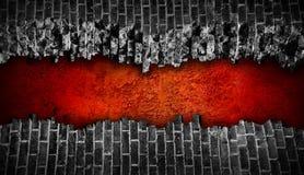 Pared de ladrillo negra quebrada con el agujero rojo grande Imágenes de archivo libres de regalías