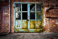 Pared de ladrillo oxidada vieja del vidrio de la puerta del hierro Fotografía de archivo libre de regalías