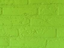 Pared de ladrillo de piedra del verde lima vibrante moderno con los ladrillos grandes cercanos encima de modelo del fondo del vin foto de archivo