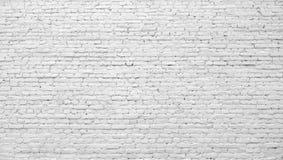 Pared de ladrillo pintada con la pintura blanca Foto de archivo libre de regalías