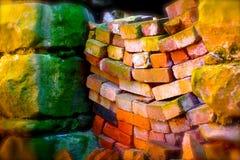 Pared de ladrillo que se derrumba en colores vibrantes Imagen de archivo libre de regalías