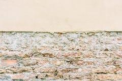 Pared de ladrillo resistida vieja del vintage con yeso y el pavimento quebrados Fondo urbano sucio Fotos de archivo libres de regalías