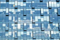 Pared de ladrillo roja como backgroundFacade de la vista delantera moderna de la pared de cristal del edificio de oficinas Fotografía de archivo libre de regalías