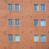 Pared de ladrillo roja con el capítulo de ventana clásico Foto de archivo libre de regalías