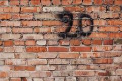 Pared de ladrillo roja con el número 20 Fotografía de archivo