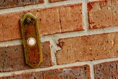 Pared de ladrillo roja con el timbre Foto de archivo libre de regalías