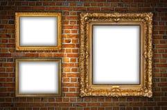 Pared de ladrillo roja con los marcos en blanco Imagen de archivo libre de regalías