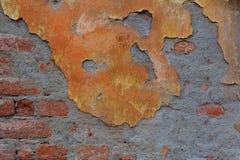 Pared de ladrillo roja vieja con el fondo horizontal dañado del extracto gris del yeso foto de archivo