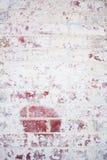 Pared de ladrillo roja vieja, pintada Fotos de archivo