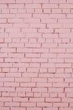 Pared de ladrillo rosada con la pintura lamentable fotos de archivo