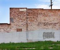 Pared de ladrillo sucia en ciudad urbana Foto de archivo