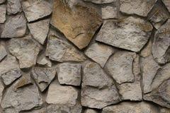 Pared de ladrillo de un cierre salvaje de la piedra encima del fondo Textura antigua gris de la piedra Imagenes de archivo