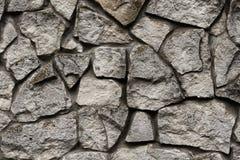 Pared de ladrillo de un cierre salvaje de la piedra encima del fondo Textura gris de la piedra Fotos de archivo libres de regalías