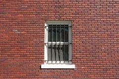 Pared de ladrillo, ventana y barras imágenes de archivo libres de regalías