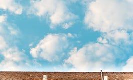 Pared de ladrillo vieja con el cielo azul Imágenes de archivo libres de regalías