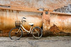 Pared de ladrillo vieja con la bici Imagenes de archivo